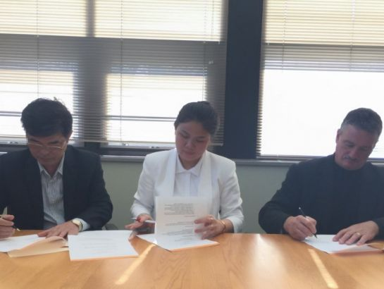 Mrs. Hoang Nguyen Thu Thao, CEO of NHG and Mr. Thomas B. Hasset, Vice President of Global Recruitment of Gannon Universtity, USA signed a cooperation contract to exchange instructors, students and curricula