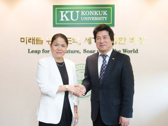 Mrs. Hoang Nguyen Thu Thao, CEO of NHG and Dr. Sang-Gi Min, President of Konkuk University (KKU) at the signing ceremony between iStudent and KU.