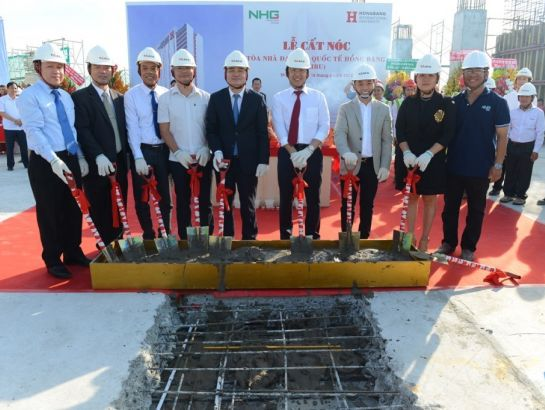 Prof. Phung Xuan Nha and NHG leaders during the roofing ceremony