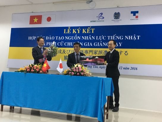"The 3-way cooperation signing ceremony between the Japan Foundation, Tokyo Gas and BVU on December 20th, 2016: ""To develop a workforce fluent in Japanese and to send instructors to teach at BVU"""