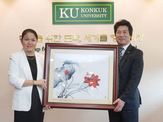 Mrs. Hoang Nguyen Thu Thao, CEO of NHG gave the special gift to KU president – a picture with lotus - the Vietnamese national flower.