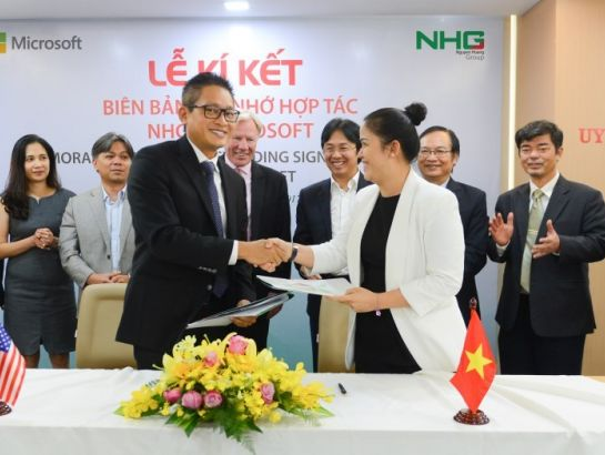 Ms. Hoang Nguyen Thu Thao, CEO of NHG and Mr. Vu Minh Tri, General Director of Microsoft Vietnam shaked hands after signing ceremony.