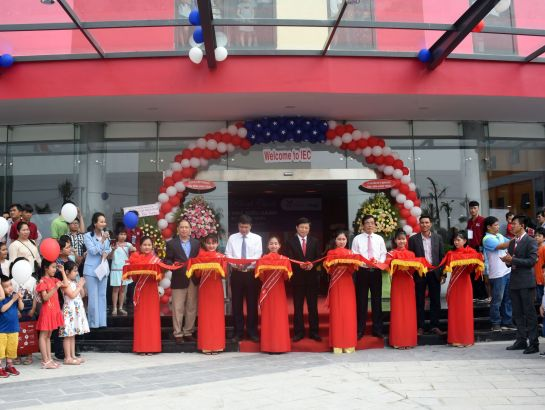The leaders of Quang Ngai province and Nguyen Hoang Group cut the ribbon to inaugurate the central admin block - IEC Quang Ngai.