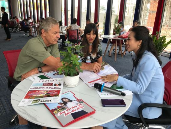 Many foreign parents asked about admission information, study and teaching programs at IEC Quang Ngai.