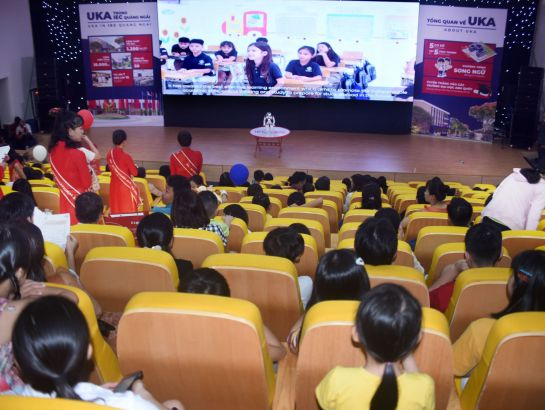 Parents and students watched NAO robots performance at the program and learnt about the study program at IEC Quang Ngai.