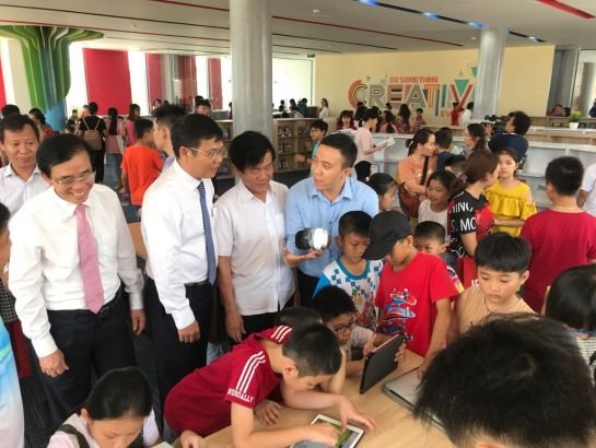 Mr. Pham Tan Hoang, Chairman of Quang Ngai provincial people's committee and Mr. Do Van Phu, Director of Quang Ngai DoET visited the smart library at the central admin block of IEC Quang Ngai center.