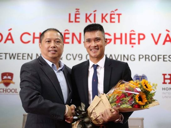 Dr. Nguyen Khac Huy, Permanent Deputy CEO and Mr. Cong Vinh at the ceremony.