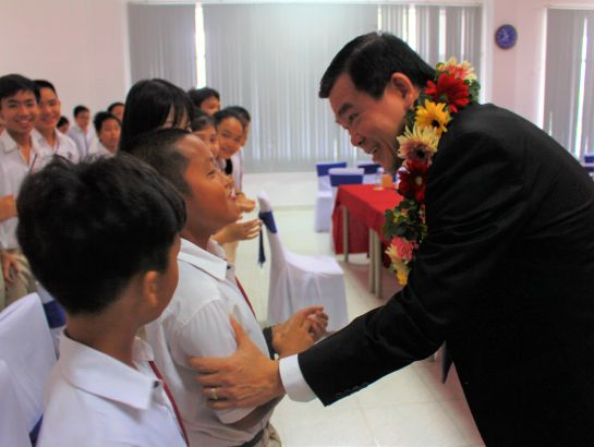 Mr. Nguyen Hong Linh - Member of the Party Central Committee, Secretary of the Baria-Vungtau Provincial Party Committee, Chairman of the People's Council of Ba Ria - Vung Tau Province talked to UKA students on his visit to the school on the occasion of Vietnamese Teacher's Day November 20th.
