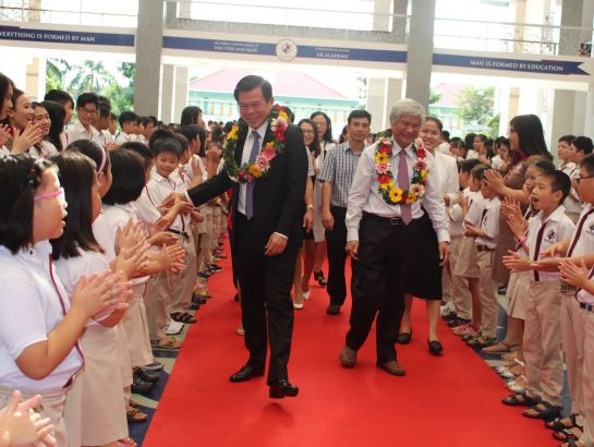 UKA Baria students welcome Mr. Nguyen Hong Linh on his visit to the school this morning, November 20th, 2017.