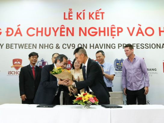 Dr. Do Manh Cuong gave the flowers to Cong Vinh for congratulation of the collaboration.