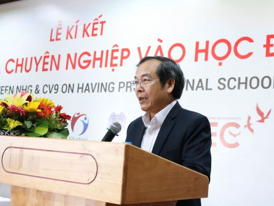Dr. Do Manh Cuong, Permanent Member of Education Council of NHG speaking at the ceremony.