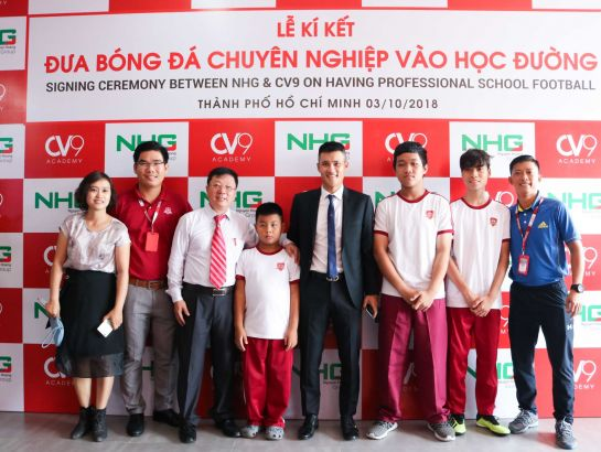 Mr. Le Cong Vinh and students of iSchool take photo together at the Ceremony.