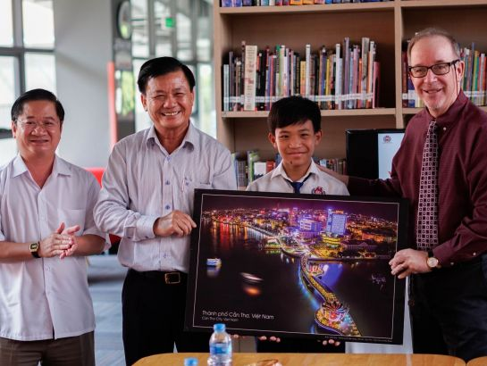 Can Tho City's delegation presented a picture to SNA.