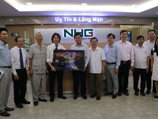Chairman Hoang Quoc Viet, on behalf of the Group, received a picture from the delegation of Can Tho City.