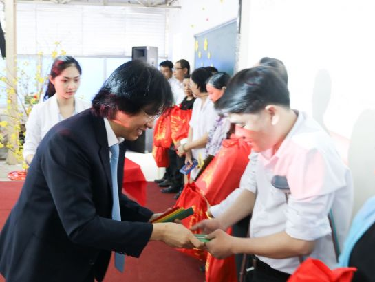 Mr. Hoang Quoc Viet gave New Year presents to the teachers and the students who have made remarkable efforts in life and shown great dedication in work