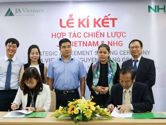 Dr. Do Manh Cuong, Permanent Member of NHG's education council - NHG's Academic Director and Ms. Doan Bich Ngoc,  Deputy Managing Director of JA Vietnam constructed the singing ceremony under the witness of leaders of two sides