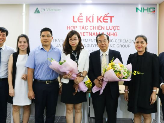 Mrs. Hoang Nguyen Thu Thao - CEO of NHG gaved flowers to leaders of two parties to congratulate on the successful collaboration