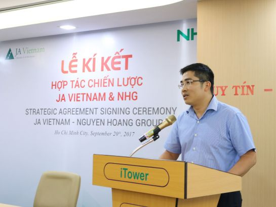 Dr. Nguyen Trung Dung - CEO of BK Holdings - Hanoi University of Science and Technology, representative of JA Vietnam's Board of Advisors made speech at the signing ceremony