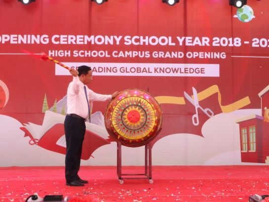 Mr. Le Dinh Son – Chairman of Ha Tinh People's Council drummed to open the new scholastic year.