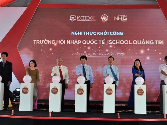 Dr. Nguyen Huu Do - Vice Minister of Education & Training, along with Representatives of Quang Tri province, Nguyen Hoang Group, and iSchool system, performed the commencement ceremony together.