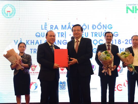 Mr. Le Hong Son, Director of Ho Chi Minh City Education and Training Department awarded the decision to recognize the president of Gia Dinh University as Dr. Ha Huu Phuc.