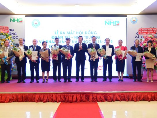 11 members of the board of management of Gia Dinh University received the decision and flowers from Mr. Le Hong Son, director of HCM City Department of Education and Training.