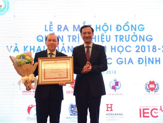 Dr. Ha Huu Phuc received Certificate of Merit of President of Ho Chi Minh City People's Committee on Gia Dinh University's achievements of excellences in the 2017-2018 academic year, contributing positively in the development of the city.
