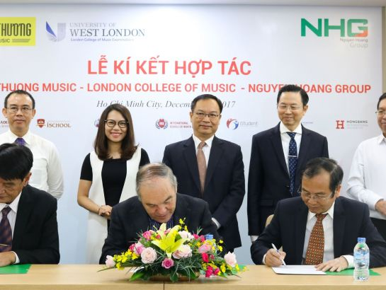 Prof., Dr. John Howard -  LCME Director, Dr. Do Manh Cuong, Permanent Member of Education Council, NHG's Academic Director and Mr. Pham Kim, General Administrator in Vietnam proceeded the signing ceremony