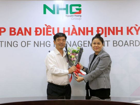 Ms. Hoang Nguyen Thu Thao – CEO of NHG delivering the appointment decision to have Associate Professor, Dr. Thai Ba Can – Deputy CEO, university development affairs as the director of the Univeristy Department and standing vice president of the University Council.