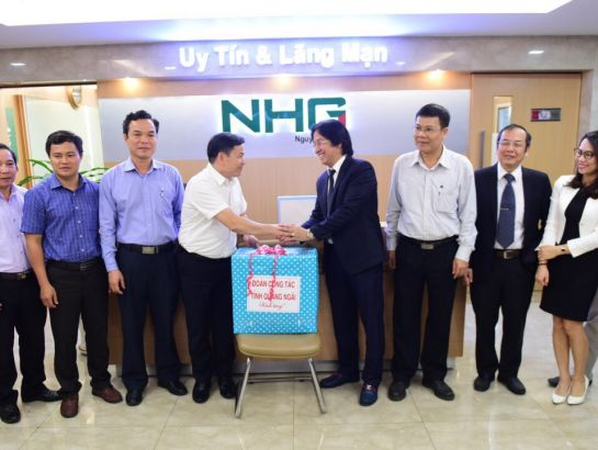 Mr. Tran Van Minh – Deputy Secretary of Quang Ngai Provincial Party Committee on behalf of Quang Ngai leaders to present a gift to Mr. Hoang Quoc Viet