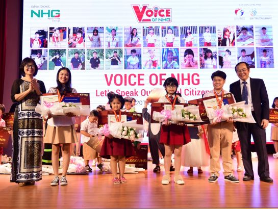 "Ms. Dang Thi Thuy Linh – Deputy of Testing and Education Quality Assurance, HCMC Department of Education and Training and Dr. Do Manh Cuong – Permanent Member of Education Council, Academic Director, NHG to award Golden Medals to the ""champions"" of Voice of Nguyen Hoang 2017 - 2018: Vu Song Thu from SGA Bui Thi Xuan, Ton Nu Cam Ngoc from SNA, Diep Minh Nhi from iSchool Long Xuyen"