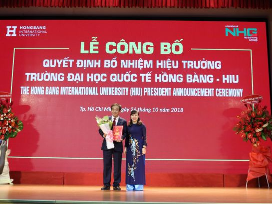 Dr. Nguyen Thi Kim Phung, Director of Higher Education Department, Ministry of Education & Training (MoET) awards the decision appointing Associate Professor, Dr. Ho Thanh Phong to be president of HIU