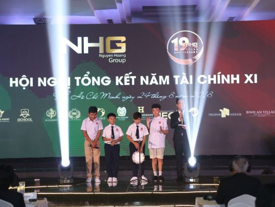 "The ""kid stars"" from left to right: The Champion Couple of The Awesome Duet Kids 2018 Nhat Duy - Tan Bao, The First Runner-up of The Voice Kids 2016 Hoang Anh and The Tambourine Boy Hieu Trung – students of SNA và iSchool South Saigon interacted with MC and guests."