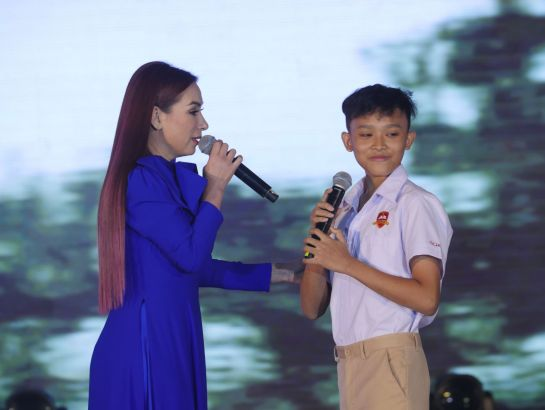 Singer Phi Nhung (parents of SGA) and Ho Van Cuong (student of iSchool South Saigon) performed in the event.