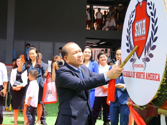 Dr. Ha Huu Phuc - Director of the Ministry of Education and Training's Representative Office in Ho Chi Minh City beated the drum to start the new school year at SNA's new Him Lam Campus