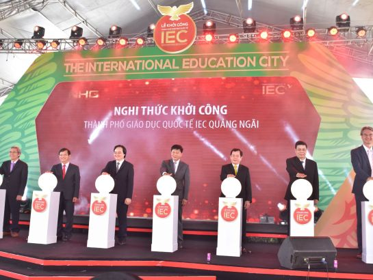 Minister of Education and Training Phung Xuan Nha (the third from the left) together with the leaders from Quang Ngai Province and Nguyen Hoang Group pressing the commencement button for the first International Education City in Quang Ngai