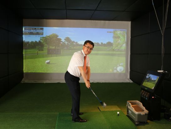 Mr. Chan-hee Park, Vice President of KU at first indoor golf playing room in a Vietnamese university - located at KU's representative office