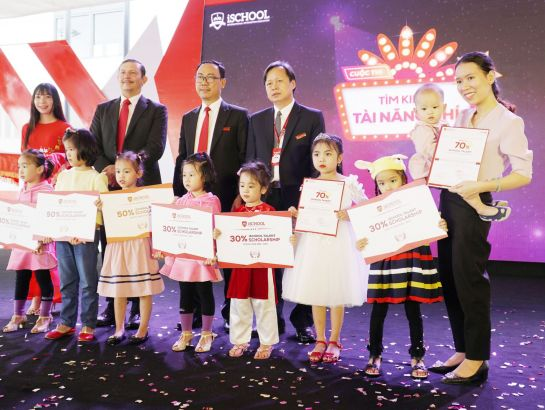 "Also in the event, iSchool rewarded scholarships to children talents of Quang Tri province in the contest ""iTalent – Finding the children talents""."
