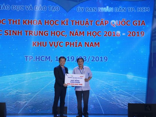 Dr. Vu Tuong Thuy - Vice president of Hoa Sen University awarding scholarships at the competition.