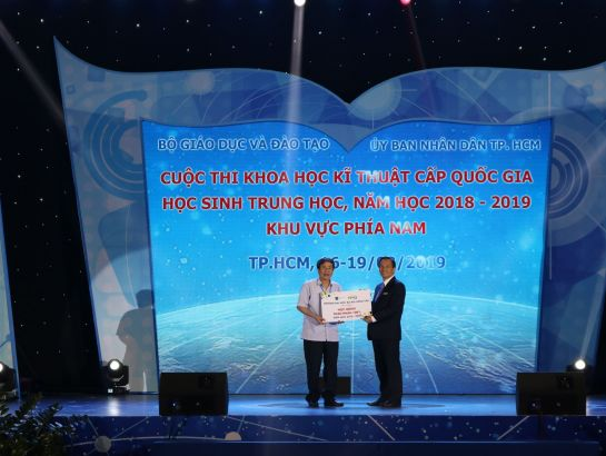 Dr. Vu Van Dong, Vice President of Ba Ria Vung Tau University (BVU) awarding scholarships at the competition.