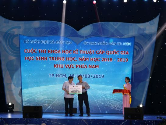 Dr. Le Manh Hai - Head of IT department of Gia Dinh University (GDU) awarding scholarships at the competition.