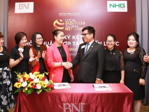 Ms. Hoang Nguyen Thu Thao, CEO of NHG and Mr. Nguyen Kien Tri, Vice President of BNI Vietnam constructing the signing ceremony between NHG-BNI.