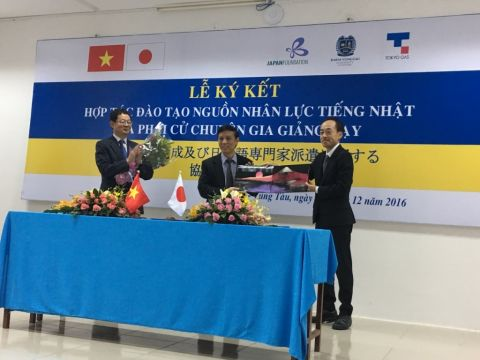 "The 3-way cooperation signing ceremony between the Japan Foundation, Tokyo Gas and BVU on December 20th, 2016: ""To develop a workforce fluent in Japanese and to send instructors to teach at BVU."