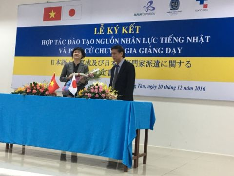 the signing ceremony of the agreement on training cooperation and the dispatch of Japanese teaching experts was celebrated between Ba Ria - Vung Tau University Japan Foundation for Cultural Exchange and Tokyo Gas Group.