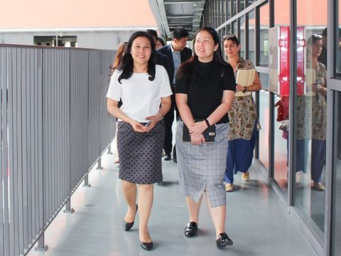 Dr. Doan Hue Dung – Management Director of SNA invited guests to visit school facilities.