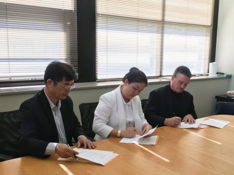 Mrs. Hoang Nguyen Thu Thao, CEO of NHG and Mr. Thomas B. Hasset, Vice President of Global Recruitment of Gannon Universtity, USA signed a cooperation contract to exchange instructors, students and curricula.