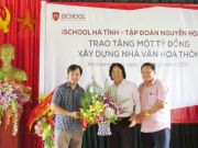 Mr. Hoang Quoc Viet received flowers from the leaders of Huong Long commune