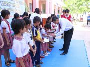 HIU representative awarded 20 scholarships worth 10 million VND to 20 children with special circumstance in Binh Khanh commune.