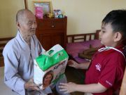 On December 18th and 19th, children of kindy grade and teachers of iSchool Bac Lieu went to present gifts to over 70 orphans, 50 elderly people at the social protection center of Bac Lieu province and Long Phuoc shelter.